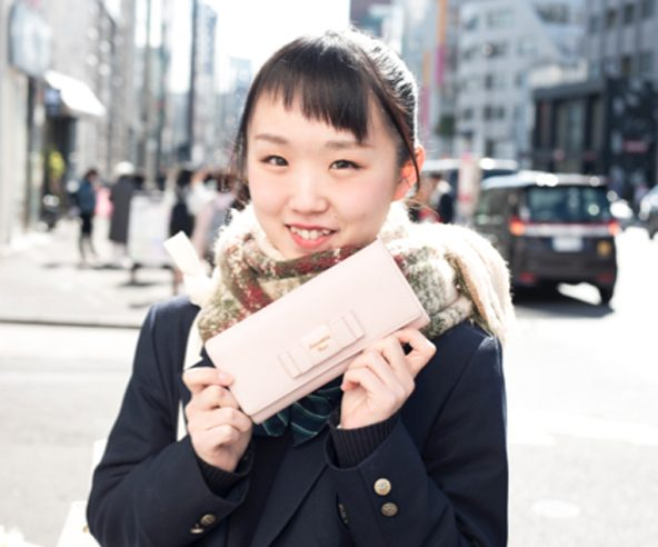 淡いピンクのお財布がかわいい