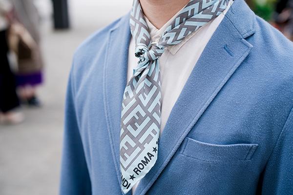 コーデのアクセントとしてスカーフをプラス