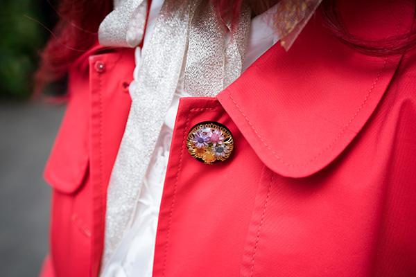 お花が埋め込まれたボタンがポイント!