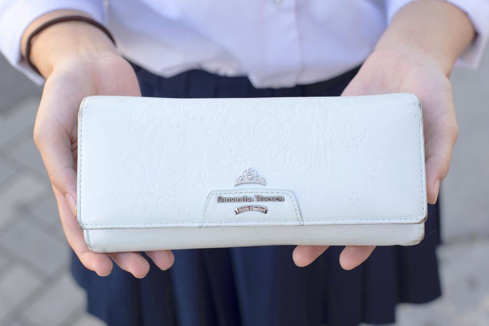 さりげない型押しの模様がオシャレな財布