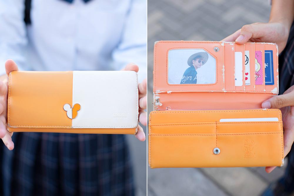 バイカラーが新鮮な個性派ミッキー財布