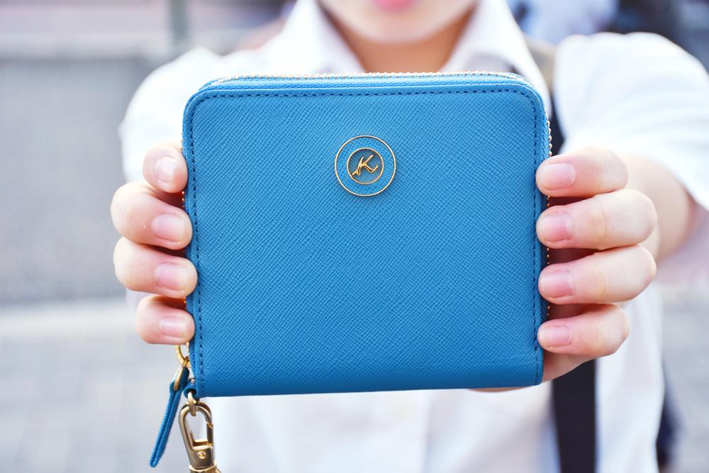 キレイなブルーが映えるお財布
