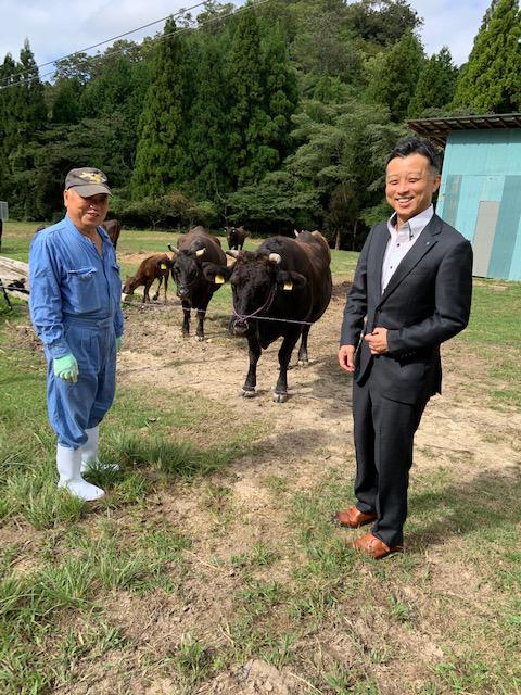 実家で牛を飼育している父とのツーショット