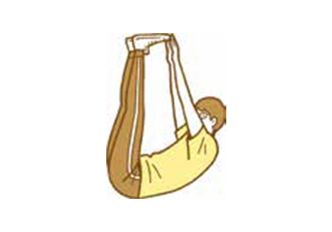 2.腰を丸めあごを引きつま先に両手でタッチ。腹直筋に力を入れる