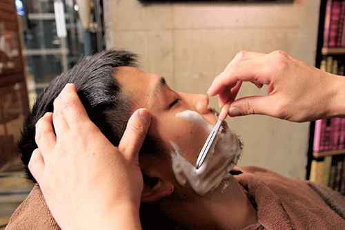 男子の髪をオシャレ短髪に! 人気ヘアサロンで活躍する「理容師」に話を聞いた!